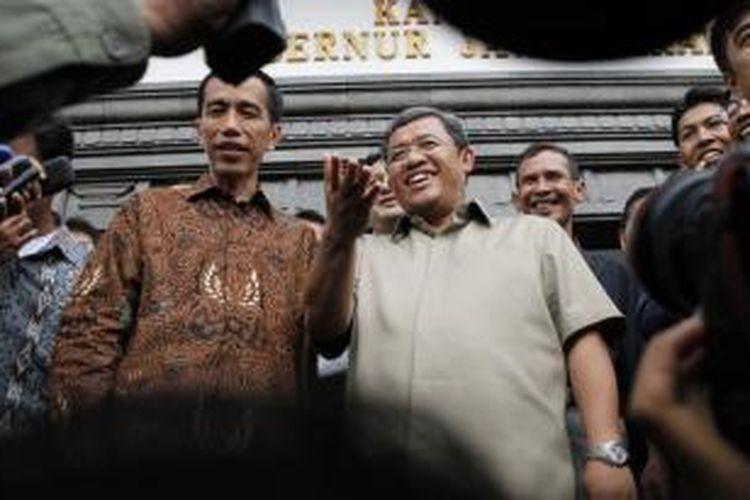 Gubernur Jawa Barat, Ahmad Heryawan (Aher) dan Gubernur DKI Jakarta, Joko Widodo (Jokowi) seusai mengadakan pertemuan tertutup membahas kerjasama kedua provinsi di Gedung Sate, Jalan Diponegoro, Kota Bandung, Rabu (31/10/2012).