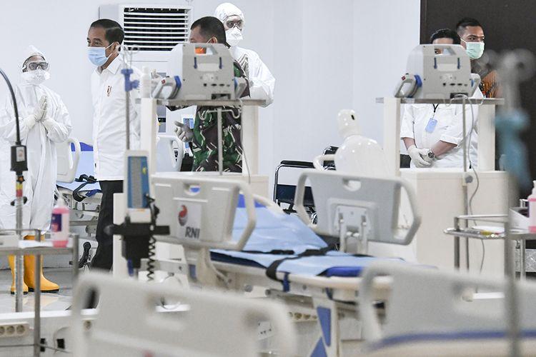 Presiden Joko Widodo (kiri) melihat peralatan medis di ruang IGD saat meninjau Rumah Sakit Darurat Penanganan COVID-19 Wisma Atlet Kemayoran, Jakarta, Senin (23/3/2020). Presiden Joko Widodo memastikan Rumah Sakit Darurat Penanganan COVID-19 Wisma Atlet Kemayoran siap digunakan untuk menangani 3.000 pasien.