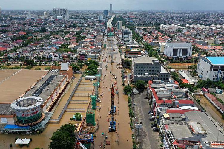 Foto aerial banjir yang menggenangi Jalan Boulevard Barat Raya, Kelapa Gading, Jakarta Utara, Minggu (23/2/2020). Hujan deras sejak Minggu, 23 Februari dini hari membuat sejumlah daerah di Ibu Kota tergenang banjir.