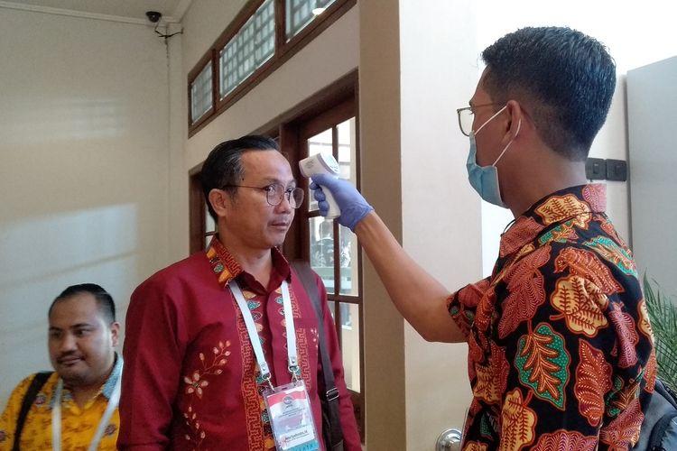 Salah satu peserta Munas Adeksi di Mataram diperiksa suhu tubuh sebelum masuk ke ruangan acara. hal ini dilakukan untuk mencegah penyebaran virus Covid 19.