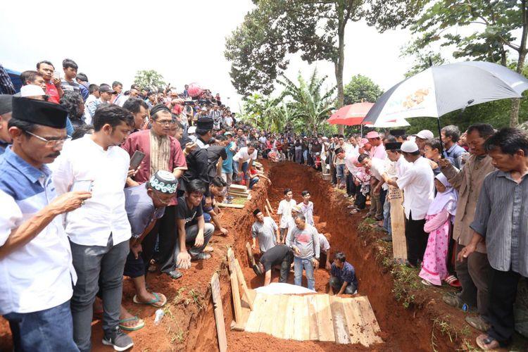 Sejumlah korban yang meninggal akibat kecelakaan di Subang saat dimakamkan di Taman Pemakaman Umum Kelurahan Pisangan, Ciputat Tangerang Selatan, Banten  , Minggu (11/2/2018). Sebanyak 26 orang meninggal dunia dan 17 orang luka-luka akibat kecelakaan bus pariwisata di Tanjakan Emen, Subang, Jawa Barat pada Sabtu (10/02/2018).