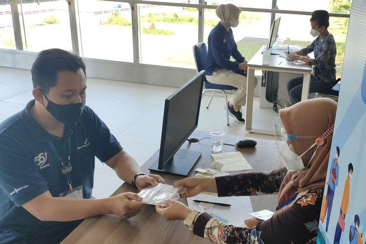Pelaksanaan uji coba tes GeNose C19 dalam bilik di Bandar Udara Yogyakarta International Airport (YIA) di Kulon Progo, Daerah Istimewa Yogyakarta.