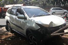 Mobil Toyota Rush Keluar Jalur dan Tabrak Pohon di Makassar