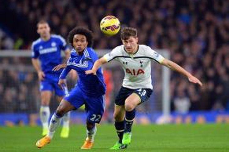 Gelandang Chelsea, Willian, berebut bola dengan bek Tottenham Hotspur, Ben Davies (kanan), pada laga Premier League di Stadion Stamford Bridge, London, Rabu (3/12/2014).