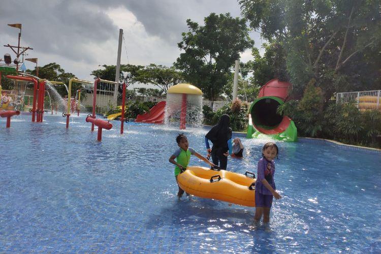 Pengunjung anak-anak tampak bermain air di salah satu wahana Go! Wet Waterpark Grand Wisata, Kota Bekasi, Kamis (20/2/2020).