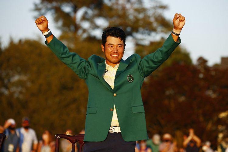 Pegolf asal Jepang, Hideki Matsuyama, dalam selebrasi pemakaian Jaket Hijau setelah memenangi gelar Master Augusta National Golf Club pada 11 April 2021 di Augusta, Georgia, AS.