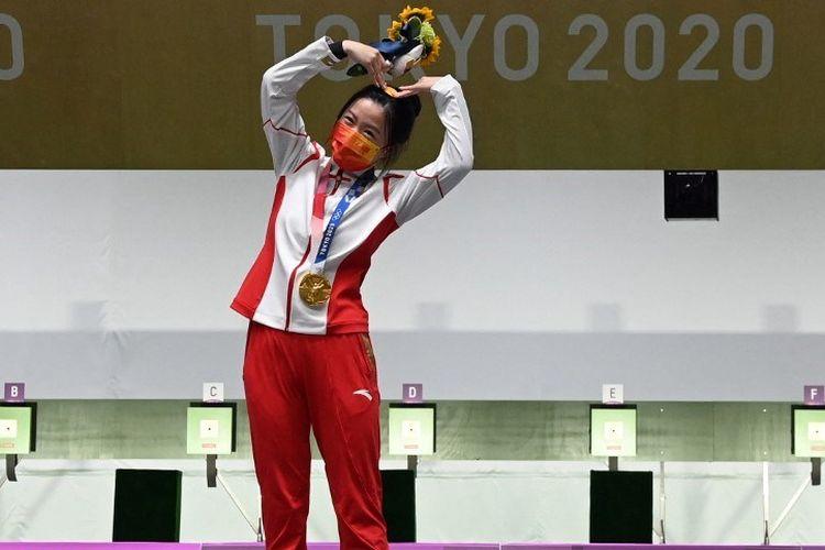 Peraih medali emas Yang Qian dari China merayakan di podium setelah memenangkan final senapan angin 10m putri selama Olimpiade Tokyo 2020 di Asaka Shooting Range di distrik Nerima Tokyo pada 24 Juli 2021.