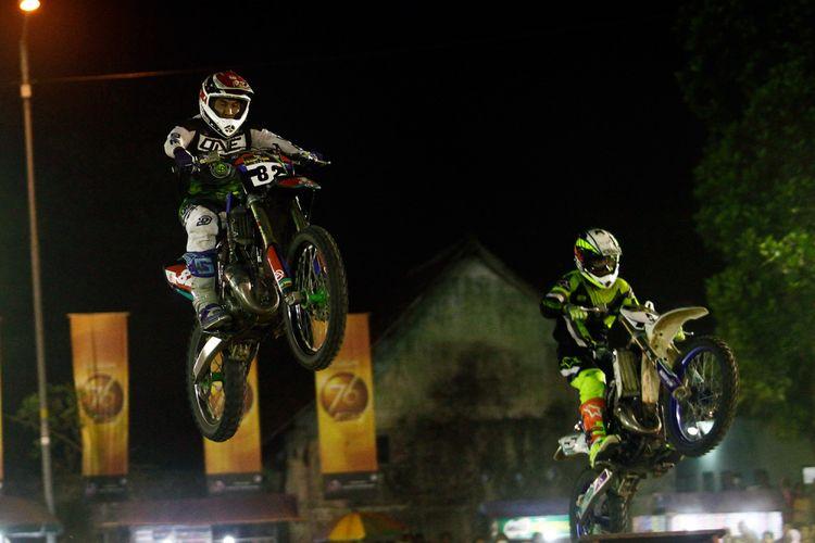 Dua kroser sedang memacu motornya dalam seri pamungkas balapan Trial Game Dirt (TGD) 2018, di Sirkuit Lapangan Maron, Temanggung, Jawa tengah, Minggu (17/11/2018).
