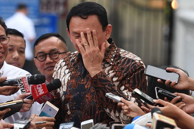 Komisaris Utama Pertamina Basuki Tjahaja Purnama (kanan) didampingi Dirut Nicke Widyawati (kiri) dan Juru Bicara Presiden Fadjroel Rachman (kedua kiri) memberikan keterangan usai menemui Presiden Joko Widodo di Jakarta, Senin (9/12/2019). Presiden memerintahkan manajemen Pertamina untuk meningkatkan pengawasan penyimpangan BBM bersubsidi.