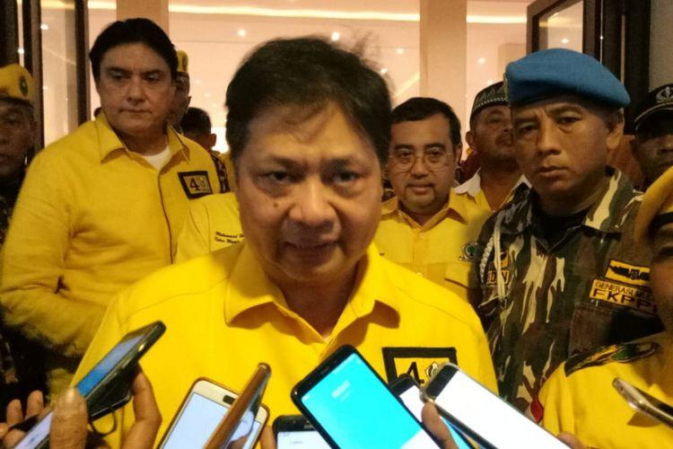 Ketua Umum Partai Golkar Airlangga Hartarto saat memberikan keterangan usai menghadiri pembekalan terhadap caleg Golkar di Hotel Pendopo 45, Bogor, Jawa Barat, Jumat (1/2/2019).