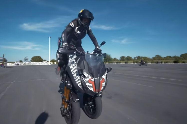 Freestyle motor menggunakan Yamaha Niken