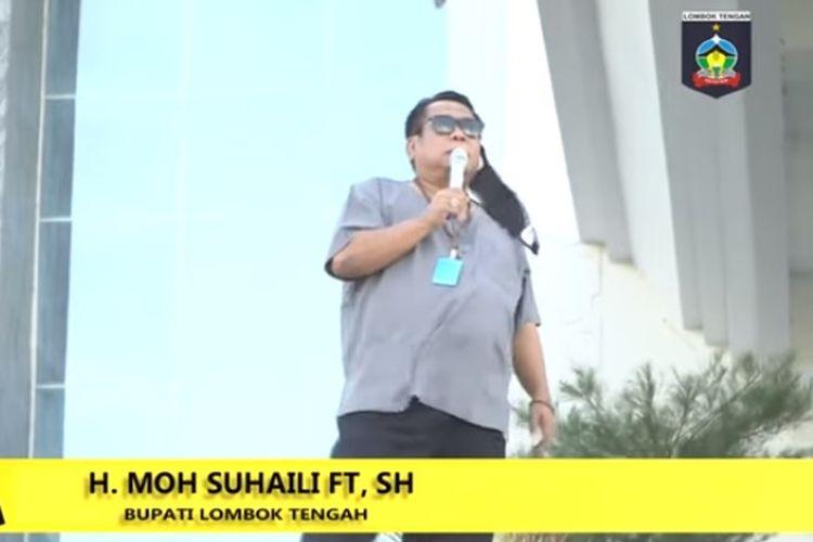 Bupati Lombok Tengah Moh Suhaili Fadhil Thohir mencanangkan gerakan memakai cadar atau yang disebut cadarisasi guna pengganti masker bagi Aparatur Sipil Negara (ASN) muslimah di lingkungan Pemkab Lombok Tengah.