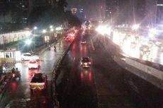 Dinas Lingkungan Hidup DKI Uji Kandungan Busa di Jalan Sudirman
