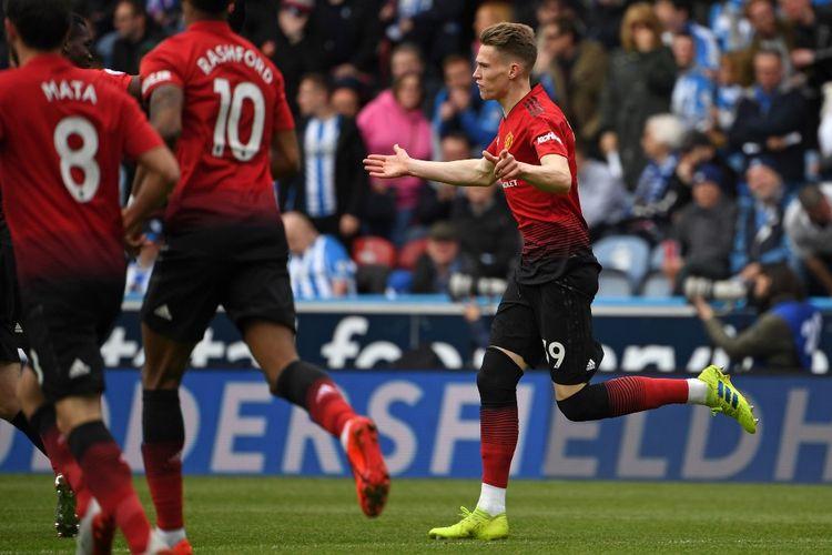 Gelandang Manchester United, Scott McTominay, berselebrasi usai mencetak gol pada laga Huddersfield Vs Man United, pada lanjutan laga Liga Inggris, di John Smiths Stadium, Minggu (5/5/2019).