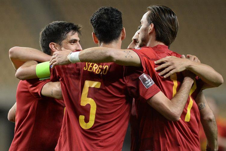 Para pemain Spanyol merayakan gol ke gawang Kosovo pada laga lanjutan Kualfikasi Piala Dunia 2022 yang berlangsung di Estadio Olimpico de la Cartuja, Kamis (1/4/2021) dini hari WIB.