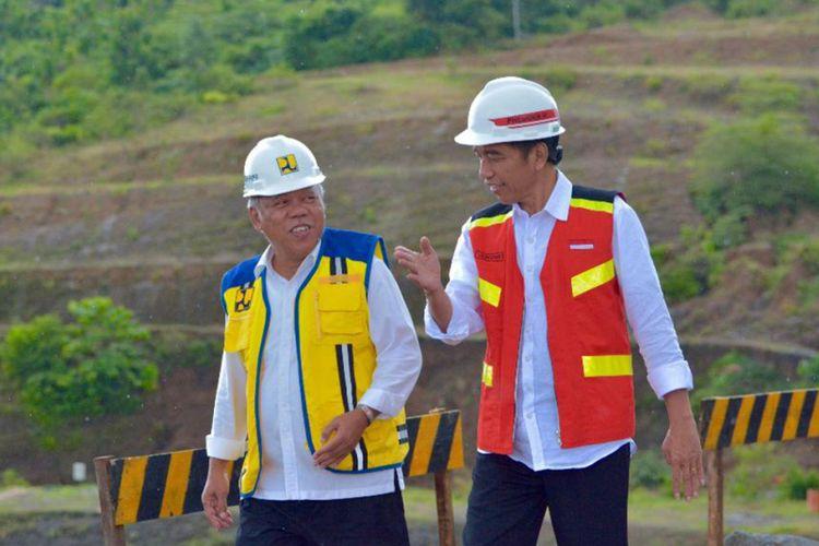 Presiden Jokowi (kanan) didampingi Menteri Pekerjaan Umum dan Perumahan Rakyat (PUPR) Basuki Hadimuljono meninjau pembangunan Bendungan Paselloreng di Kecamatan Gilireng, Kabupaten Wajo, Sulawesi Selatan, Selasa (3/7/2018). Bendungan yang ditargetkan rampung pada 2019 ini merupakan salah satu dari tiga bendungan di Sulawesi Selatan yang masuk ke dalam Proyek Strategis Nasional, diharapkan nantinya dapat menunjang dan mewujudkan swasembada pangan serta mengantisipasi banjir khususnya di Kabupaten Wajo.