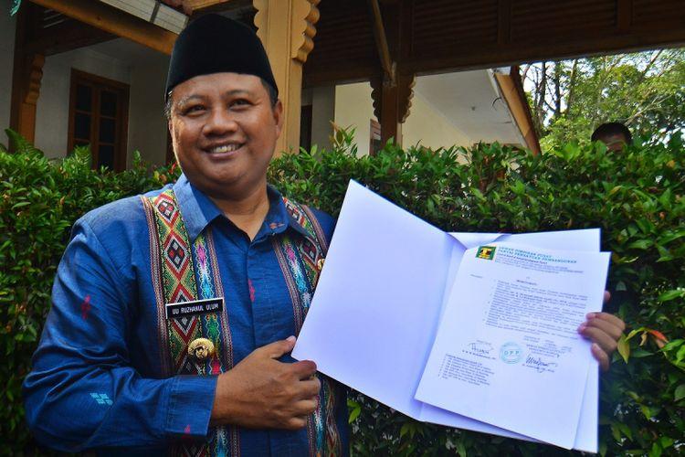 Bupati Tasikmalaya sekaligus bakal calon wakil Gubernur Uu Ruzhanul Ulum, memperlihatkan surat keputusan persetujuan DPP PPP untuk calon Gubernur dan calon wakil Gubernur Jabar di Pendopo Lama, Kota Tasikmalaya, Jawa Barat, Rabu (25/10). Setelah Partai Nasdem dan PKB, PPP mengusung Walikota Bandung Ridwan Kamil untuk maju menjadi Gubernur Jawa Barat 2018-2022 didampingi Uu Ruzhanul Ulum yang juga kader PPP. ANTARA FOTO/Adeng Bustomi/foc/17.