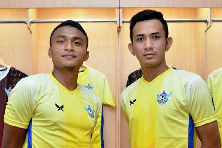 Achmad Faris Ardiansyah alias Alex (kiri), saat memamerkan jersey yang dikenakan tim Persegres di Piala Presiden 2017.