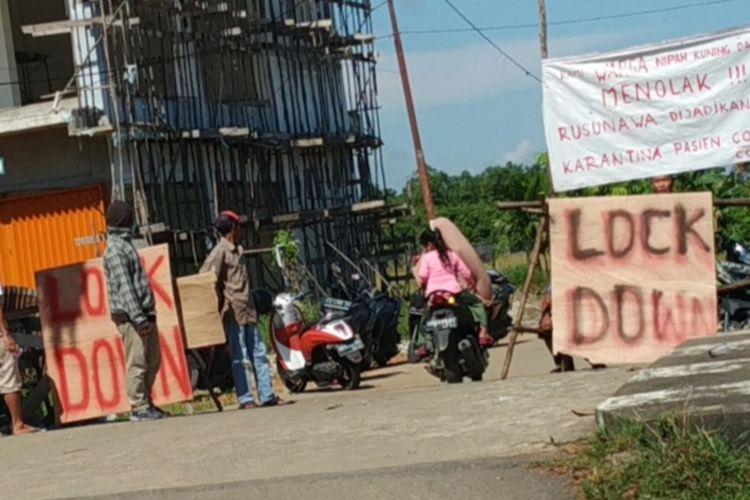 Sejumlah warga membuat plang dan spanduk penolakan rencana Pemerintah KotaPontianak, Kalimantan Barat, menjadikan Rusunawa Nipah Kuning sebagai tempat isolasi pasien dalam pengawasan (PDP) dengan gejala ringan dan asimptomatik atau orang tanpa gejala (OTG).