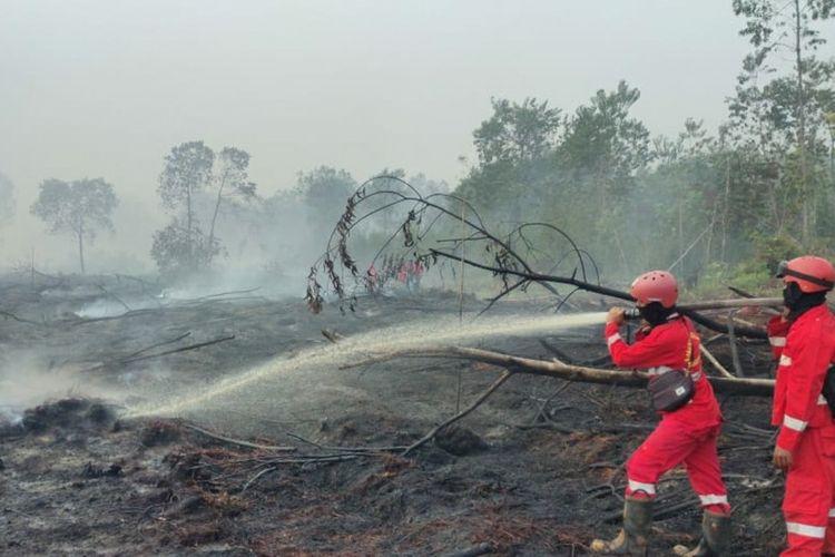 Tim Manggala Agni Sumatera V Daops Dumai melakukan pemadaman titik api karhutla di Desa Tasik Serai, Kecamatan Talang Mandau, Kabupaten Bengkalis, Riau, Minggu (21/2/2021).