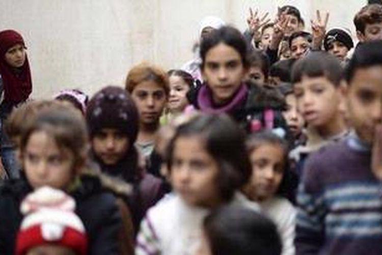 Anak-anak Suriah di kota Aleppo yang hancur akibat perang. Dalam konflik berkepanjangan di Suriah, anak-anak adalah korban yang paling menderita.