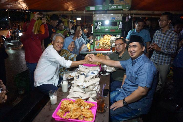 Para calon gubernur Jateng menikmati hidangan malam di sebuah Angkringan di Jalan Pamularsih Semarang, Kamis (19/4/2018) malam.