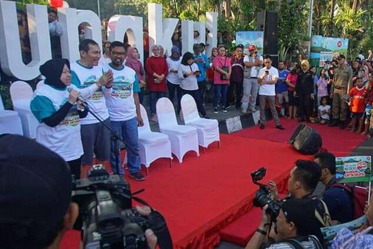 Wali Kota Surabaya Tri Rismaharini bersama Wakil Ketua KPK Saut Situmorang menyapa warga Surabaya di Taman Bungkul dalam rangka roadshow Bus KPK bertajuk Jelajah Negeri Bangun Antikorupsi di Surabaya, Minggu (14/7/2019).