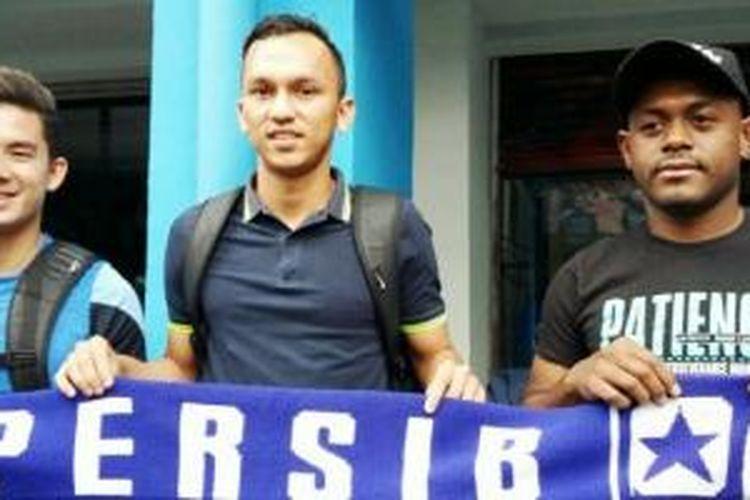 Tiga mantan pemain Persipasi Bandung Raya (PBR), Kim Jeffery Kurniawan (kir), Rachmad Hidayat (tengah), dan David Laly berpose di mes Persib Bandung, Kamis (21/1/2016).