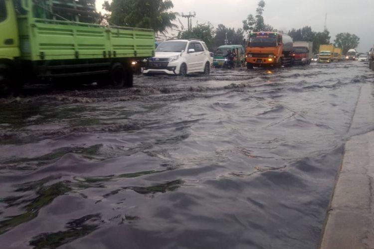 BANJIR sepanjang 200 meter dengan ketinggian 30 sentimeter merendam Jalan Raya Bandung-Garut tepatnya di wilayah PT Kahatex, Cimanggung, Sumedang, Jawa Barat, Kamis (27/12/2018) sore.