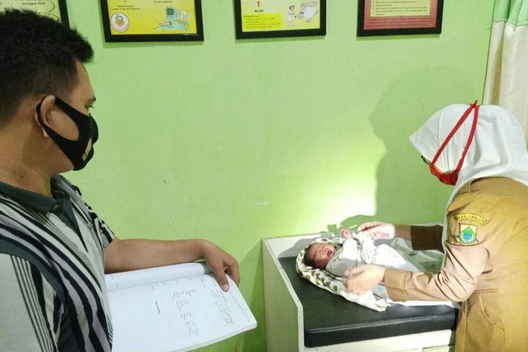 Bayi malang di Kabupaten Cianjur, Jawa Barat dibuang di atas tumpukan sampah. Saar ditemukan sang bayi dalam keadaan hidup, Senin (14/9/2020).