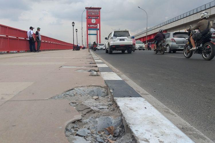 33 tiang pembatas jalan di Jembatan Ampera Palembang yang diduga hilang dicuri, Selasa (11/8/2020).