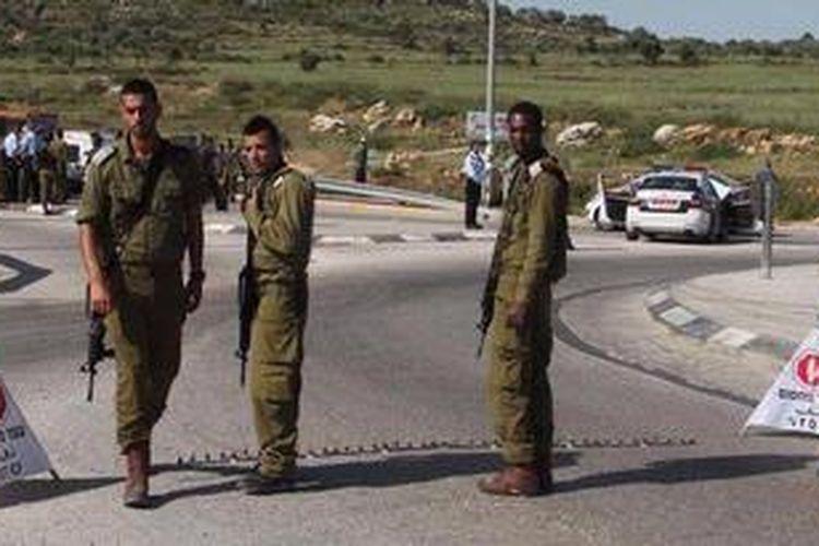 Pasukan Israel berjaga di dekat Tapuah, lokasi penikaman seorang pemukim Yahudi oleh tersangka seorang warga Palestina