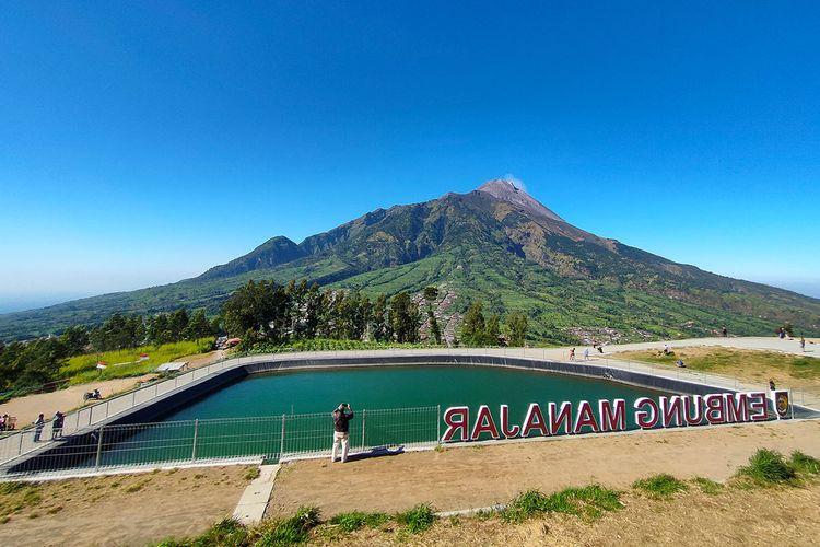 Embung Manajar di Boyolali dengan latar belakang Gunung Merapi.