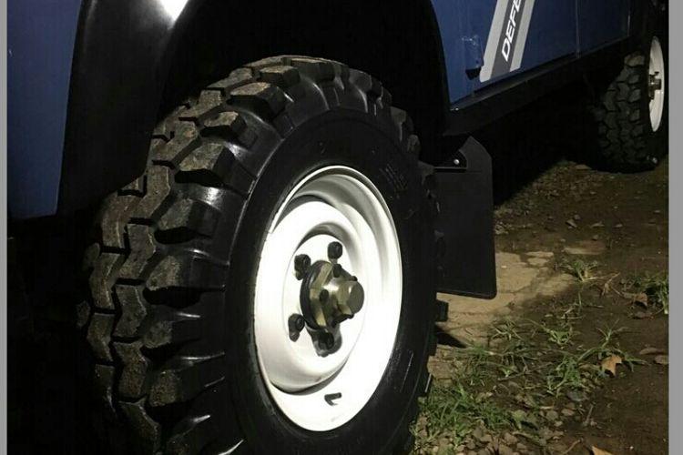 Jenis ban yang digunakan oleh mobil Land Rover Defender 110 County yang sempat dinaiki Presiden Joko Widodo. Ban menggunakan merek Super Swamper yang diimpor dari Amerika Serikat.