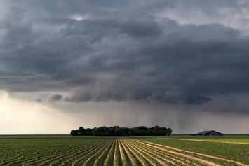 Rahasia Alam Semesta: Hujan Deras, Kenapa Langit Sangat Gelap?