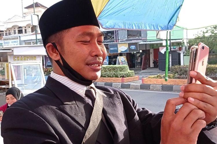 Video Call dengan Sandiaga Uno, Penjual Cilok Berjas: Saya Sangat Terharu dan Bahagia