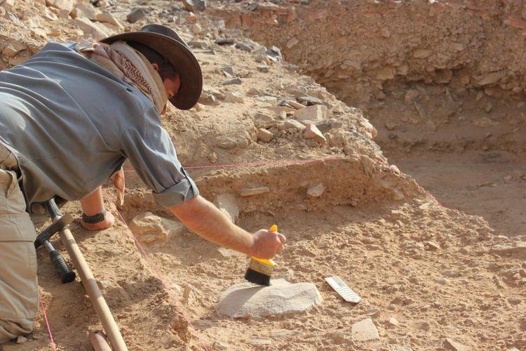Arkeolog Ceri Shipton di situs ekskavasi di Saffaqah, Saudi Arabia.