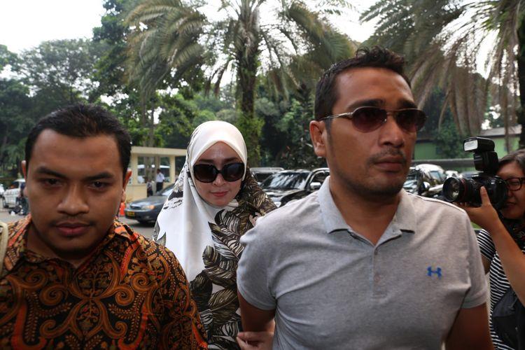 Firza Husein beserta pengacara Aziz Yanuar (kiri) tiba di Krimsus, Polda Metro Jaya, Jakarta, Selasa (16/5/2017). Firza terbelit kasus konten pornografi dalam percakapan via WhatsApp yang diduga melibatkan dirinya dengan pimpinan Front Pembela Islam (FPI) Rizieq Shihab.