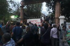 Khofifah dan Gubernur Papua Ditolak Masuk Asrama Mahasiswa Papua di Surabaya
