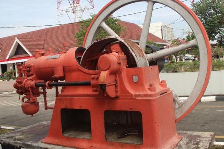 Salah satu jejak sejarah panjang penyaluran dan pemanfaatan gas alam di Kota Medan, Sumatera Utara, diabadikan di halaman kantor PGN Sub Distribusi Wilayah III Area Medan. Gambar mesin pompa ini diambil pada Jumat (26/8/2016).
