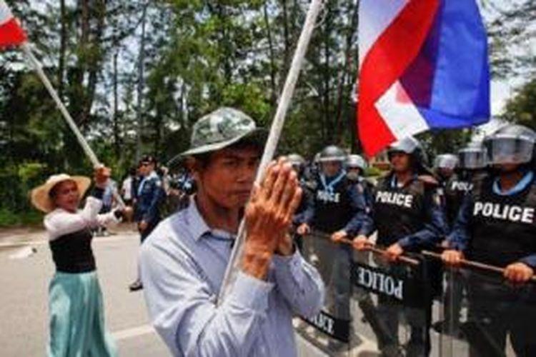 Demonstran menghadapi polisi anti huruhara dekat bandara Surat Thani