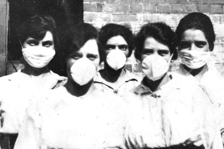 Masker banyak dipakai selama pandemi flu Spanyol di tahun 1918, dan seratus tahun kemudian juga kembali digunakan.