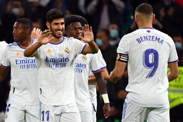 Gelandang Real Madrid Marco Asensio (kiri) merayakan gol pada pertandingan Real Madrid vs Mallorca di Stadion Santiago Bernabeu di Madrid pada 22 September 2021.