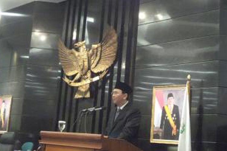 Gubernur DKI Jakarta Basuki Tjahaja saat menyampaikan pidato pengantar nota keuangan dan RAPBD tahun anggaran 2016 dalam rapat paripurna  di Gedung DPRD DKI Jakarta, Kamis (17/12/2015).