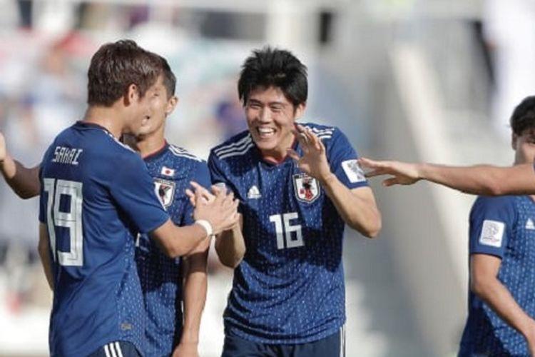 Para pemain Jepang merayakan gol Takehiro Tomiyasu (16) ke gawang Arab Saudi pada pertandingan babak 16 besar Piala Asia 2019 di Sharja, 21 Januari 2019.