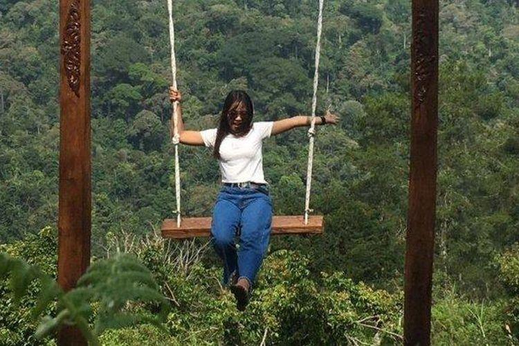 Ayunan tinggi di Lembah Brokoli, Kamojang Ecopark, Desa Cisarua, Kecamatan Samarang, Kabupaten Garut.