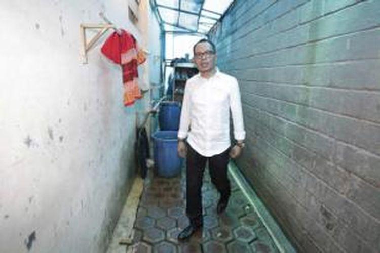 Menteri Ketenagakerjaan Hanif Dhakiri memeriksa kondisi penampungan tenaga kerja indonesia saat melakukan inspeksi mendadak di Perusahaan Pengerah Tenaga Kerja Indonesia Swasta (PPTKIS) Elkari Makmur Sentosa yang terletak di Jalan Asem Baris Raya, Gang Z, Tebet, Jakarta Selatan, Rabu (5/11/2014). Dalam sidak kali ini Menaker menemukan sejumlah pelanggaran di antara lain tempat tidur yang tidak layak dan penampungan yang tertutup.