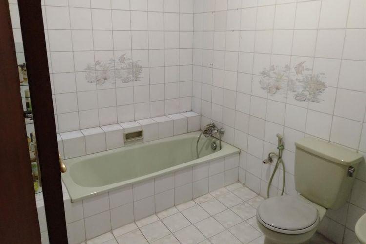 Kamar mandi milik Basoeki Abdullah yang berada dalam Ruang Memorial.