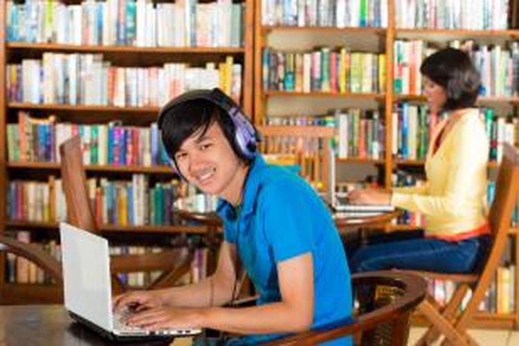 Dengan video conference, mahasiswa tetap merasa diperhatikan dosen walaupun tidak berada di ruangan kelas. Mereka juga bisa berdiskusi dengan mahasiswa lainnya yang mengikuti kegiatan konferensi video tersebut.