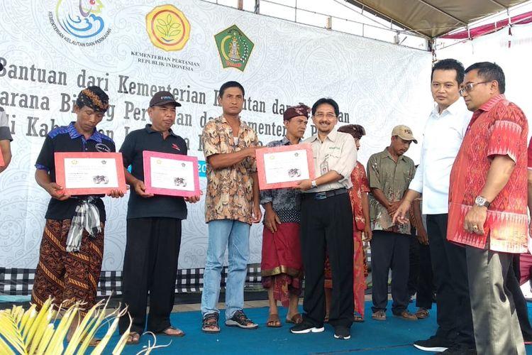 Kementan serahkan bantuan alsintan ke petani di Desa Pangambengan, Kecamatan Negara, Kabupaten Jembrana, Bali, Senin (18/3/2019).